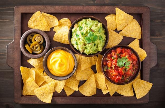 Nachos messicani tortilla chips con salsa guacamole, salsa e formaggio