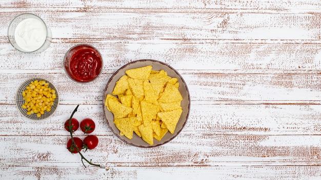 Nachos tradizionali croccanti con salse e mais