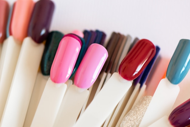 Nail design colorato sulle punte, da vicino.