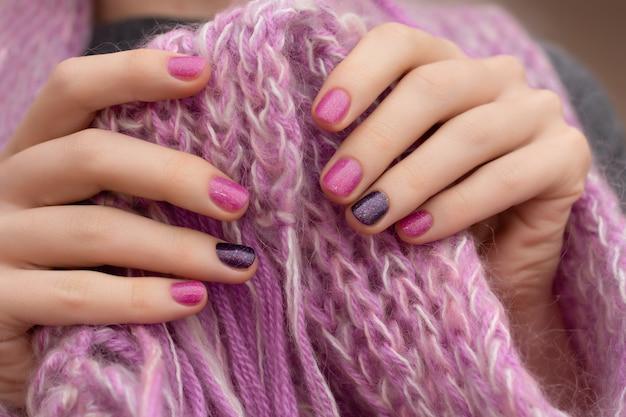 Nail design rosa. mano femminile ben curata sul rosa