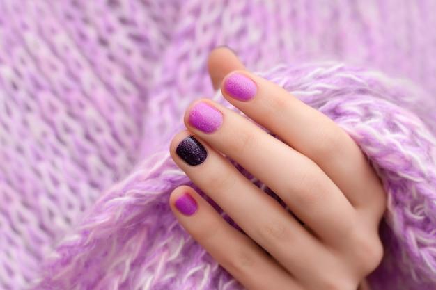Nail design rosa. mano femminile con manicure glitterata.