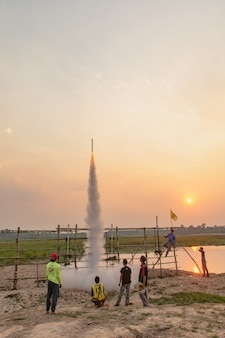 Nakhonfanom, tailandia - 11 aprile 2019 - razzo thailandese al cielo, thailandia rocket festival a thailandia nord-orientale