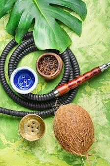 Narghilè arabo fumante