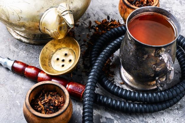 Narghilè che fuma con il tè