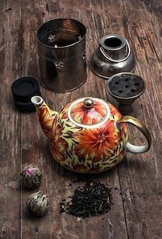 Narghilè e foglie di tè secco d'élite