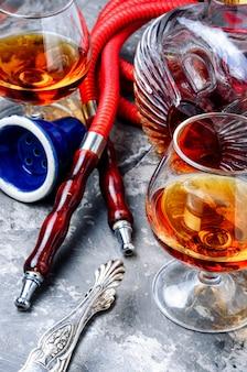 Narghilè fumante con aroma di cognac