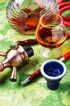 Narghilè fumante dal sapore di brandy