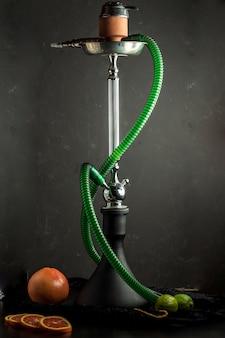 Narghilè stand con tubo verde in nero
