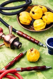 Narghilè turco con mela cotogna aromatica