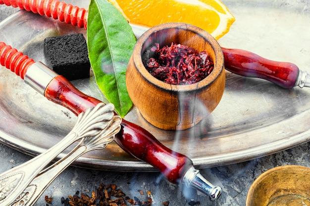 Nargile orientale che fuma frutta