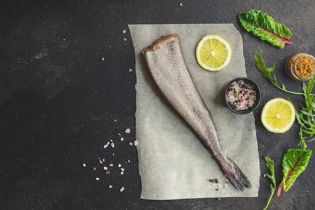 Nasello crudo di pesce (set di ingredienti per cucinare)