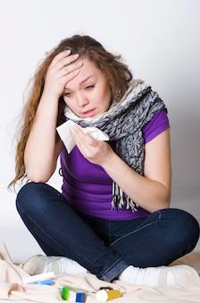 Naso che cola in una ragazza malata covid-19 che si siede e piange