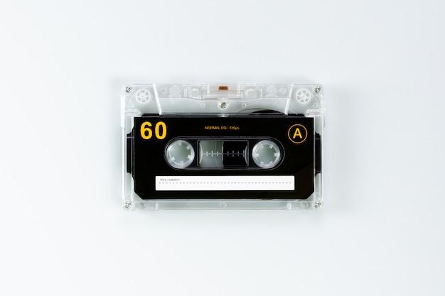 Nastri a cassetta audio d'annata su fondo bianco. - stile vintage sullo sfondo.