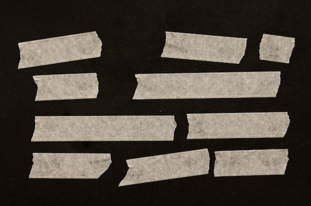 Nastri di dimensioni diverse su sfondo nero