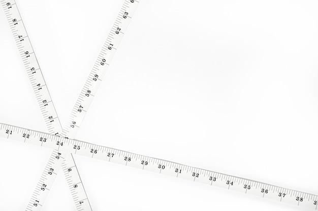 Nastri di misura bianchi isolati