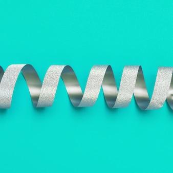 Nastro a spirale d'argento nel centro della cornice carta regalo o certificato.