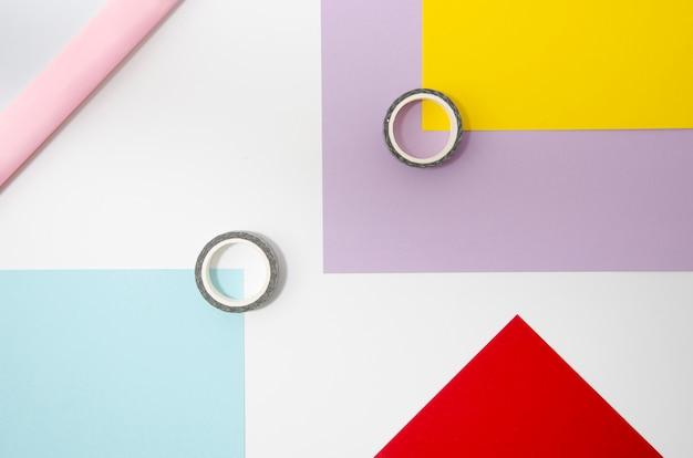 Nastro adesivo e carta forme geometriche sullo sfondo