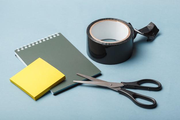 Nastro adesivo, scotch, pittore e nastro adesivo su un foglio
