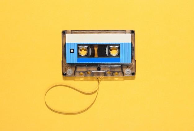 Nastro audio vintage con bobina srotolata su giallo