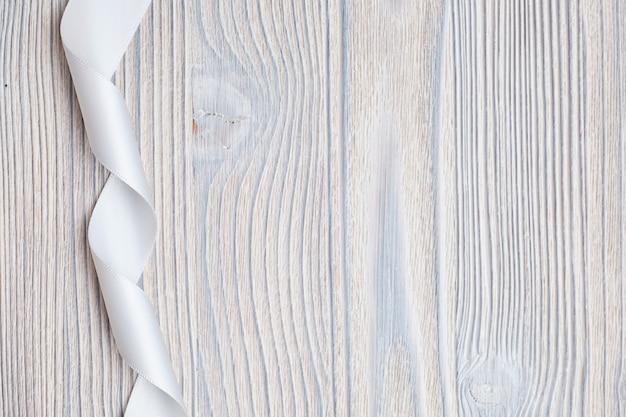 Nastro bianco su uno sfondo di legno. vista dall'alto. copia spazio.