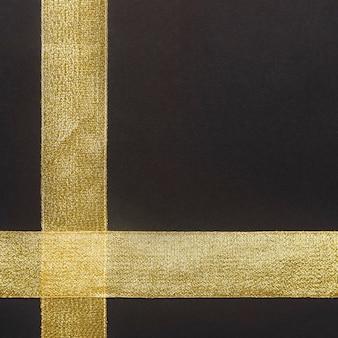 Nastro d'oro sul tavolo