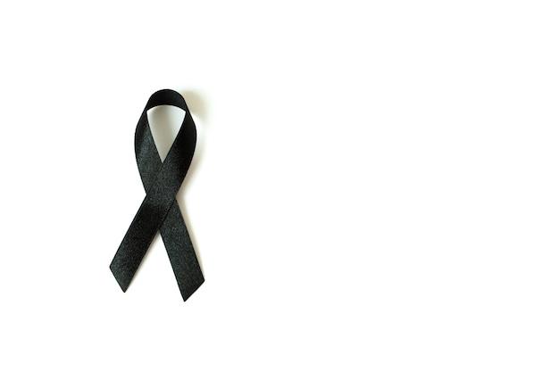 Nastro di consapevolezza nero su sfondo bianco. simbolo del lutto e del melanoma.