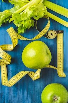 Nastro di misurazione della superficie di alimenti sani. dieta concetto. vista dall'alto