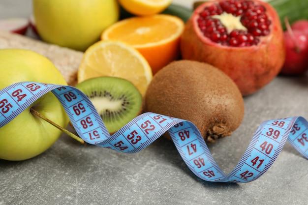 Nastro di misurazione e cibo vegetariano, da vicino