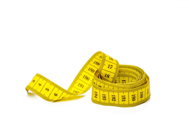 Nastro di misurazione metrico giallo isolato su panorama bianco