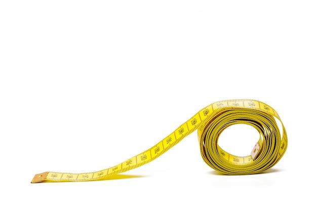 Nastro di misurazione metrico giallo isolato su sfondo bianco panorama