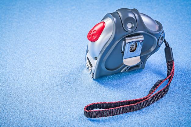 Nastro di misurazione sulla superficie blu