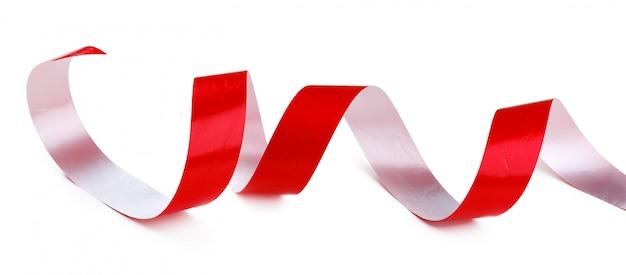 Nastro di raso rosso lucido isolato su bianco