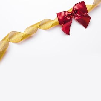 Nastro dorato e fiocco rosso