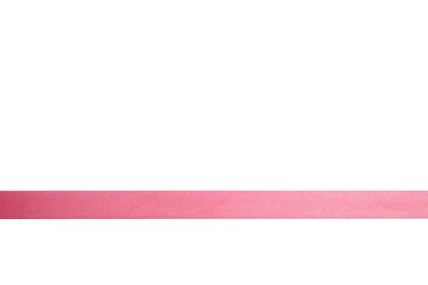 Nastro riccio rosa isolato su fondo bianco