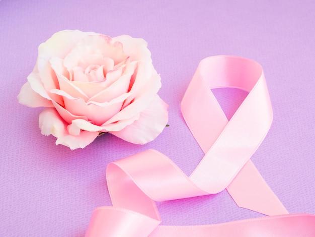 Nastro rosa ad alto angolo con rosa