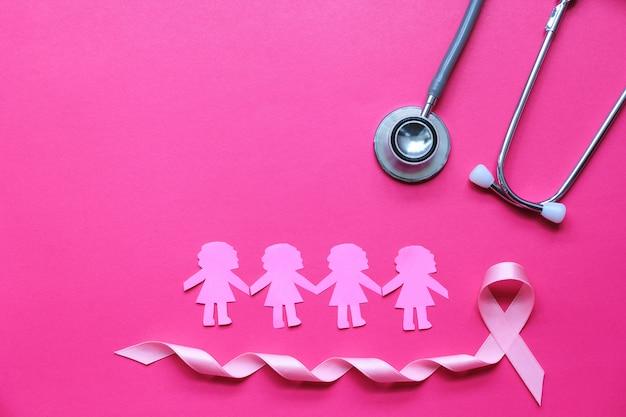 Nastro rosa e stetoscopio su sfondo rosa