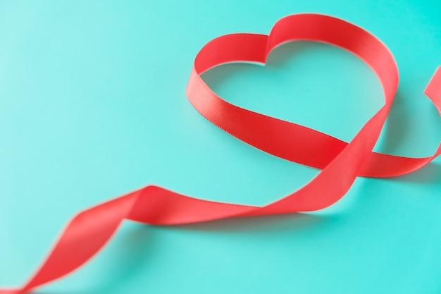 Nastro rosso a forma di cuore
