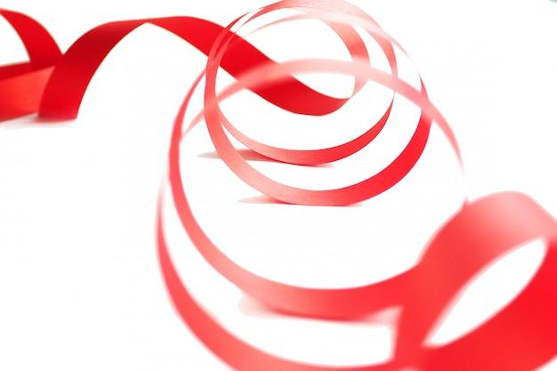 Nastro rosso brillante isolato su uno sfondo bianco. copia spazio
