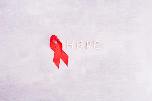 Nastro rosso dell'aids su un gray