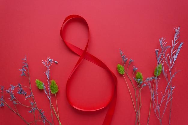 Nastro rosso satinato a forma di 8 su un rosso