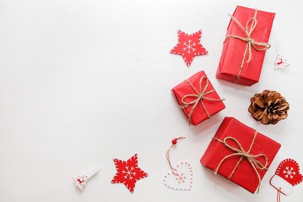 Natale, anno nuovo telaio piatto lay elegante rosso con nastro. composizione di vacanza invernale