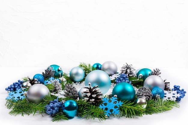 Natale argento, blu, turchese baubles corona, copia spazio.