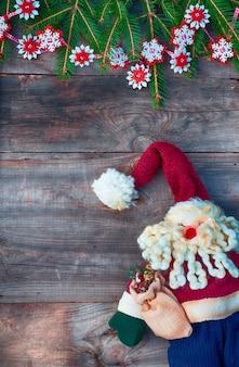 Natale babbo natale sotto la ghirlanda dell'albero di natale