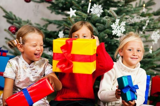 Natale, bambini con regali