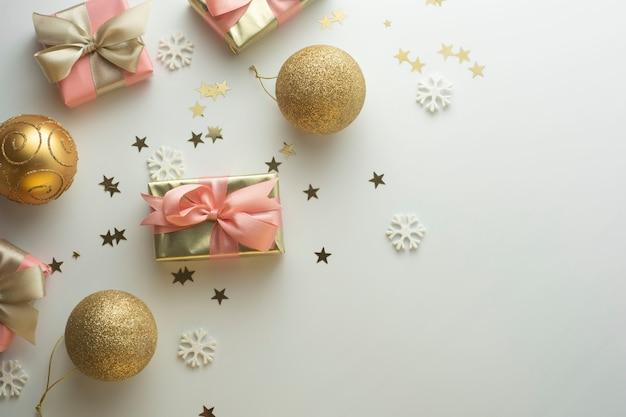 Natale, baubles scatole regalo d'oro festa, sfondo di compleanno. festeggia il shinny sorpresa copyspace. vista dall'alto piatto creativo.