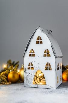 Natale, candeliere con luci, rami di abete e giocattoli di natale. felice anno nuovo.