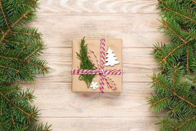 Natale con abete e confezione regalo sul tavolo di legno. vista dall'alto con copyspace per il vostro disegno