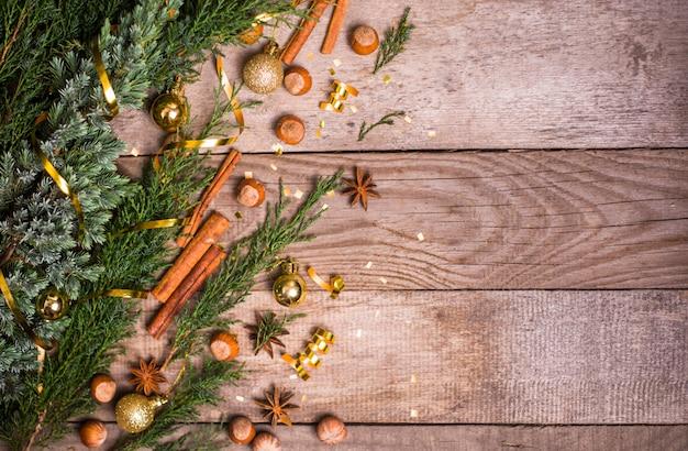 Natale con abete e decorazioni. vista dall'alto con copyspace.