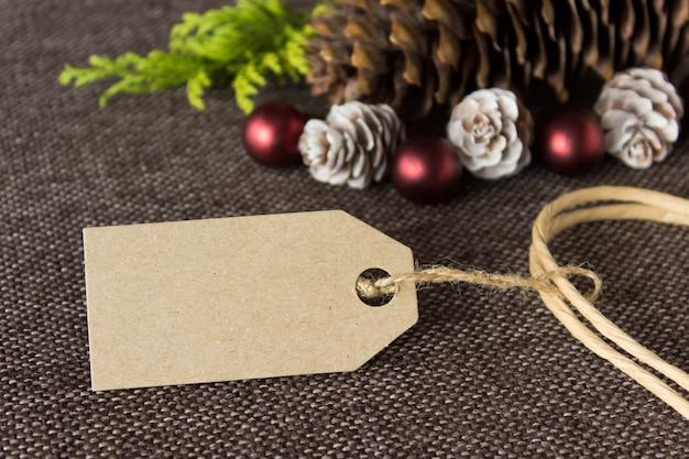 Natale con etichetta di carta artigianale e decorazioni invernali