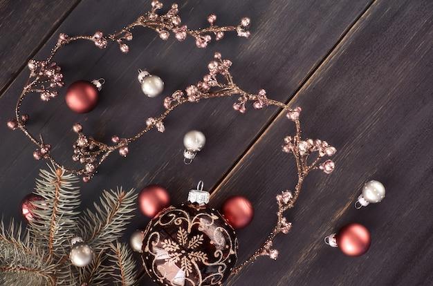 Natale con ghirlanda floreale lucida e palline di natale